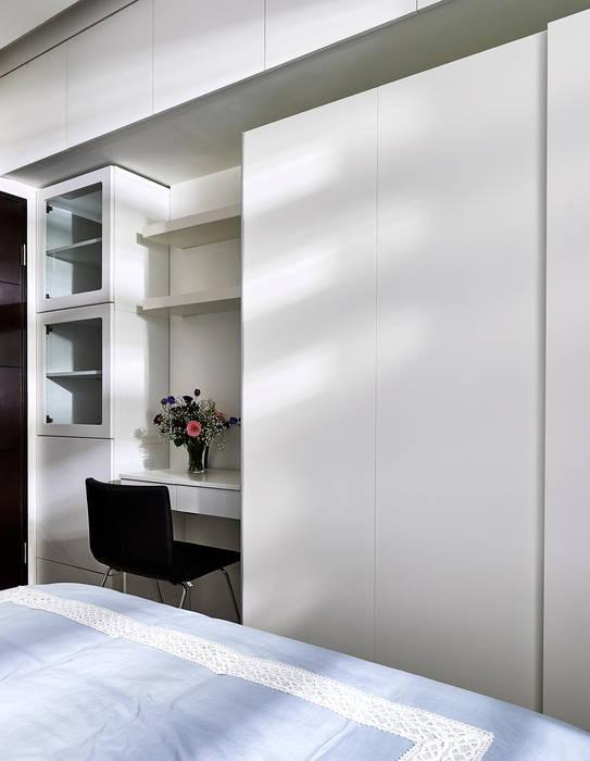 水藍色彩減緩小房間壓迫感:  臥室 by 青瓷設計工程有限公司