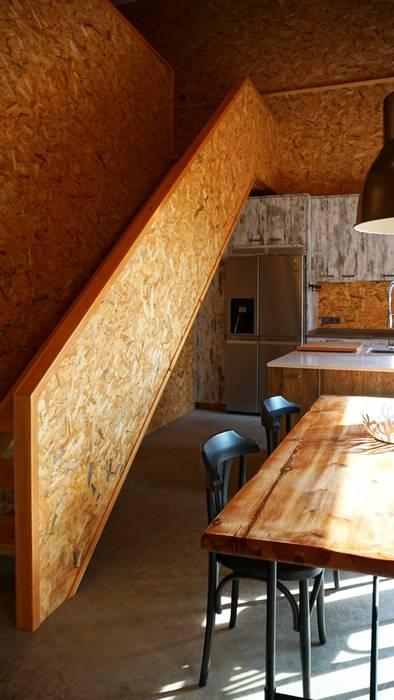 Cocina-comedor y escalera Comedores de estilo industrial de RIBA MASSANELL S.L. Industrial Madera Acabado en madera