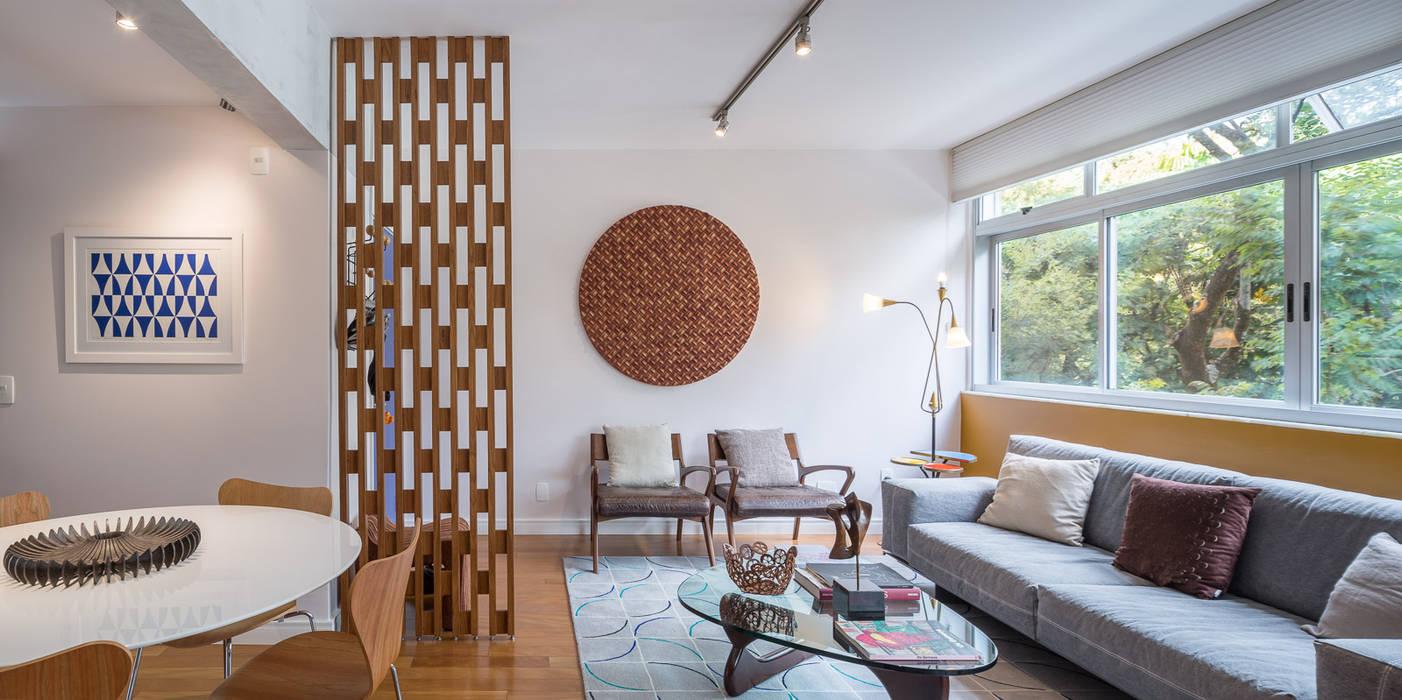 Reforma de apartamento - Simmetria Arquitetura: Salas de estar  por Joana França,