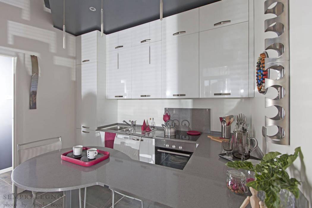 Mobili di design fatti su misura per una cucina moderna Made in Italy: Cucina in stile in stile Moderno di Semprelegno