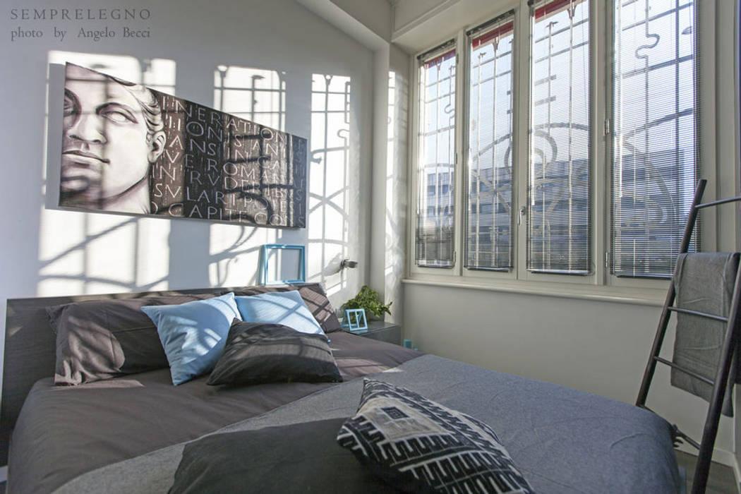 Stanza da letto con arredamenti realizzati su misura: Camera da letto in stile in stile Moderno di Semprelegno