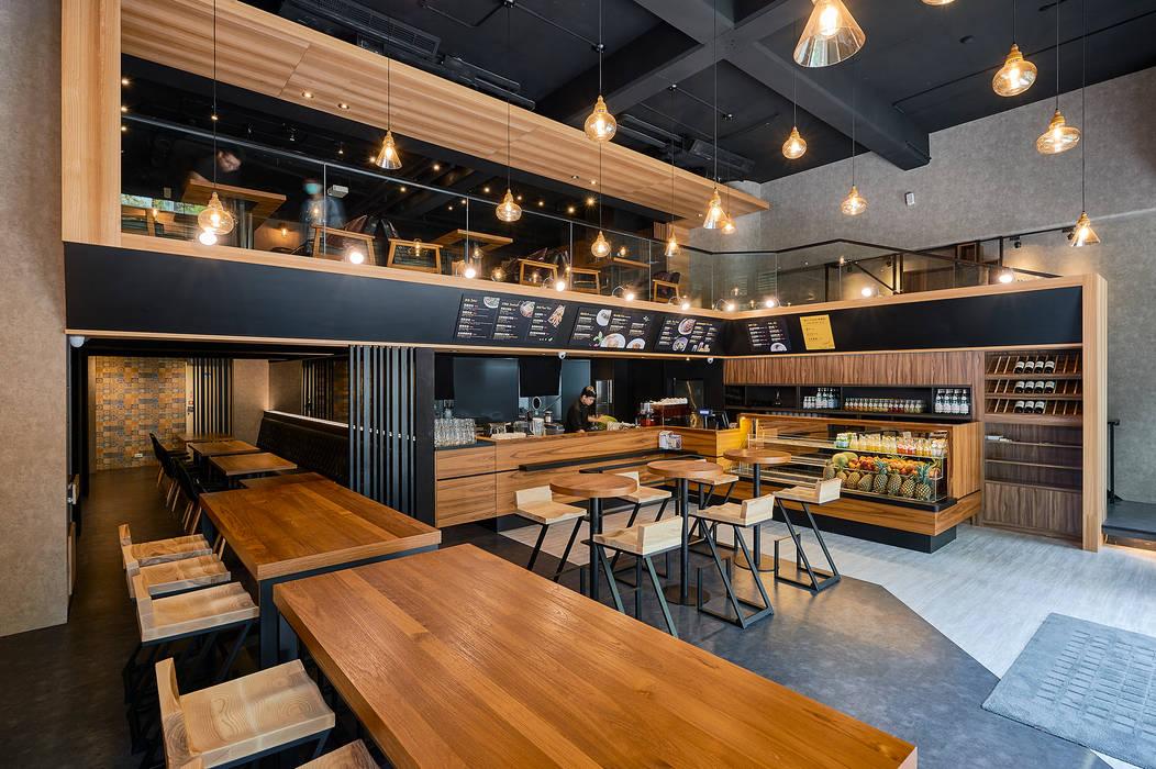 雙色地板形成點餐動線與候餐區:  餐廳 by 青瓷設計工程有限公司