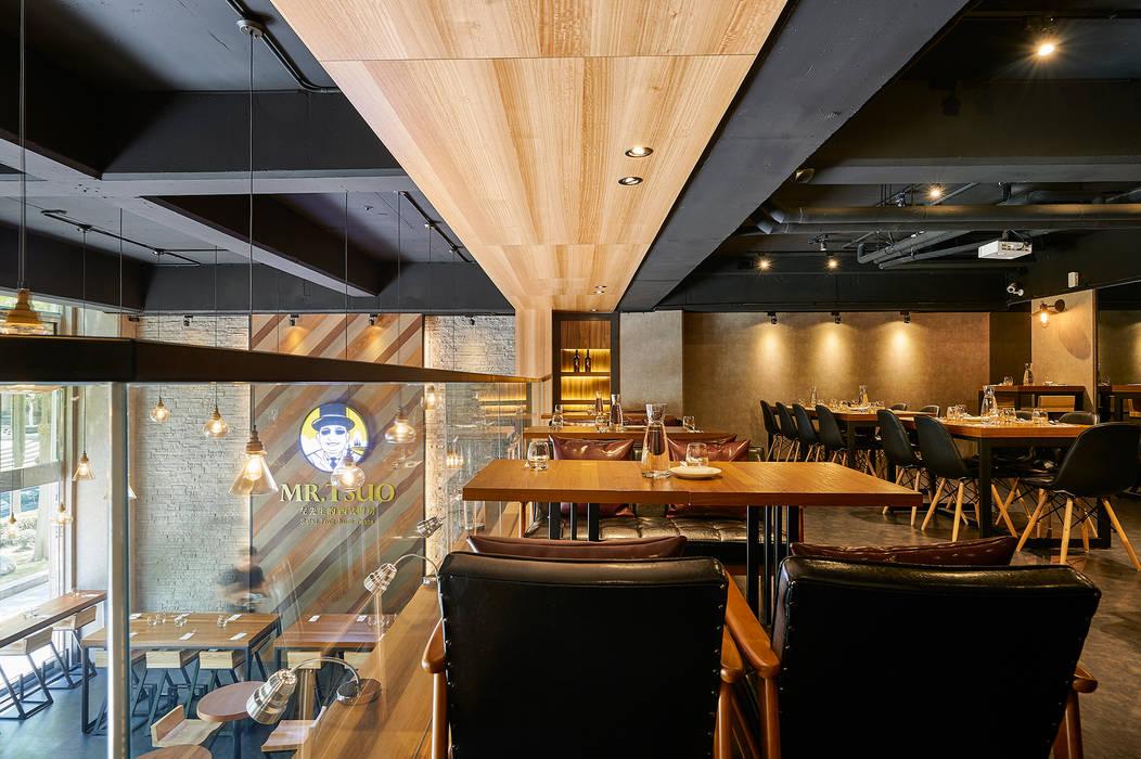 二樓憑空鳥瞰的悠閒沙發座區:  餐廳 by 青瓷設計工程有限公司