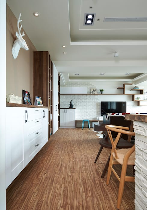 L型轉角櫃滿足玄關與客、餐廳的收納機能:  走廊 & 玄關 by 青瓷設計工程有限公司