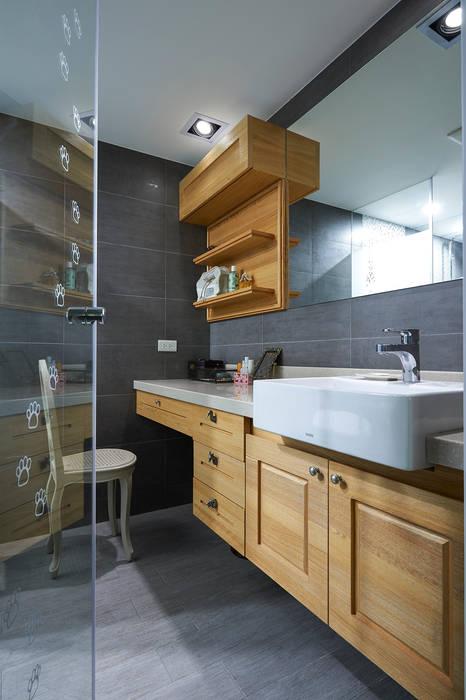 以玻璃門隔開衛浴區,創造視覺延伸感:  浴室 by 青瓷設計工程有限公司