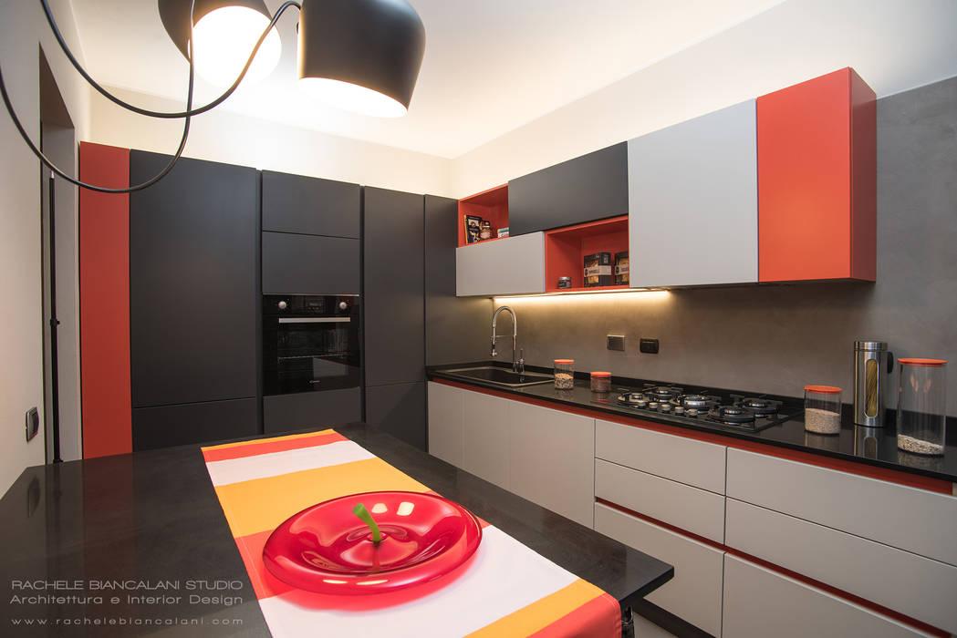 Cucina rosso pomodoro, beige, grigio e grigio antracite con piano in ...