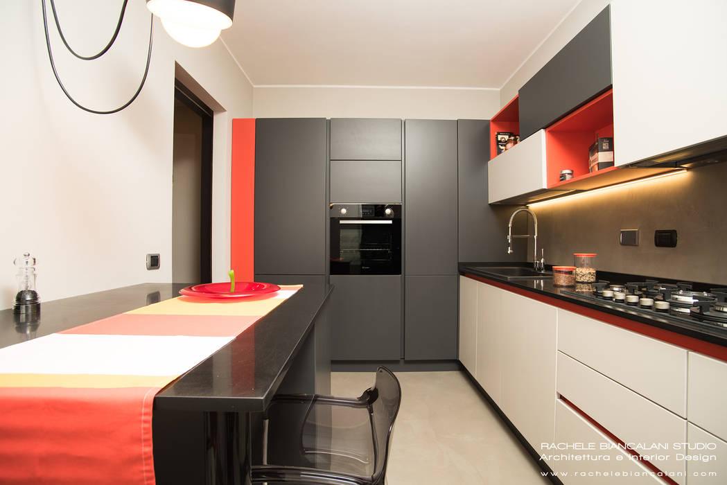 Cucina moderna con pavimento e parete in resina cementizia spatolata ...