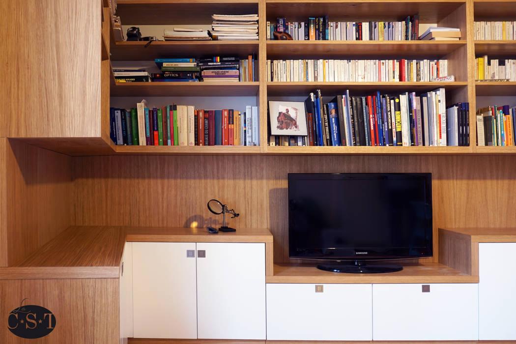Agencement filant sur trois murs avec bibliothèque suspendue.: Bureau de style  par La C.S.T