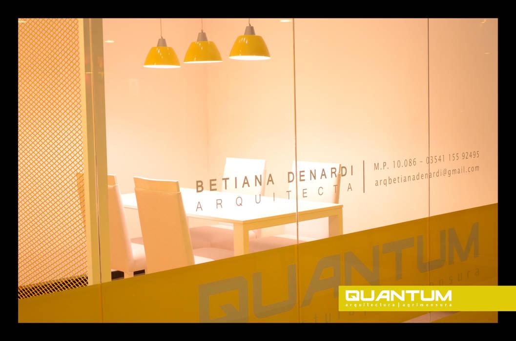 DISEÑO DE ESTUDIO: Oficinas y Tiendas de estilo  por Betiana Denardi   Arquitecta