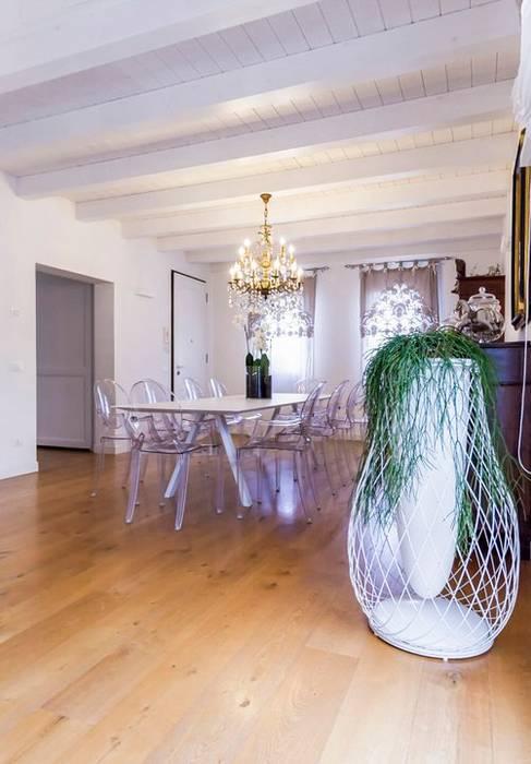 Casa in bioedilizia: Sala da pranzo in stile in stile Minimalista di casa&stile interior design e ristrutturazioni