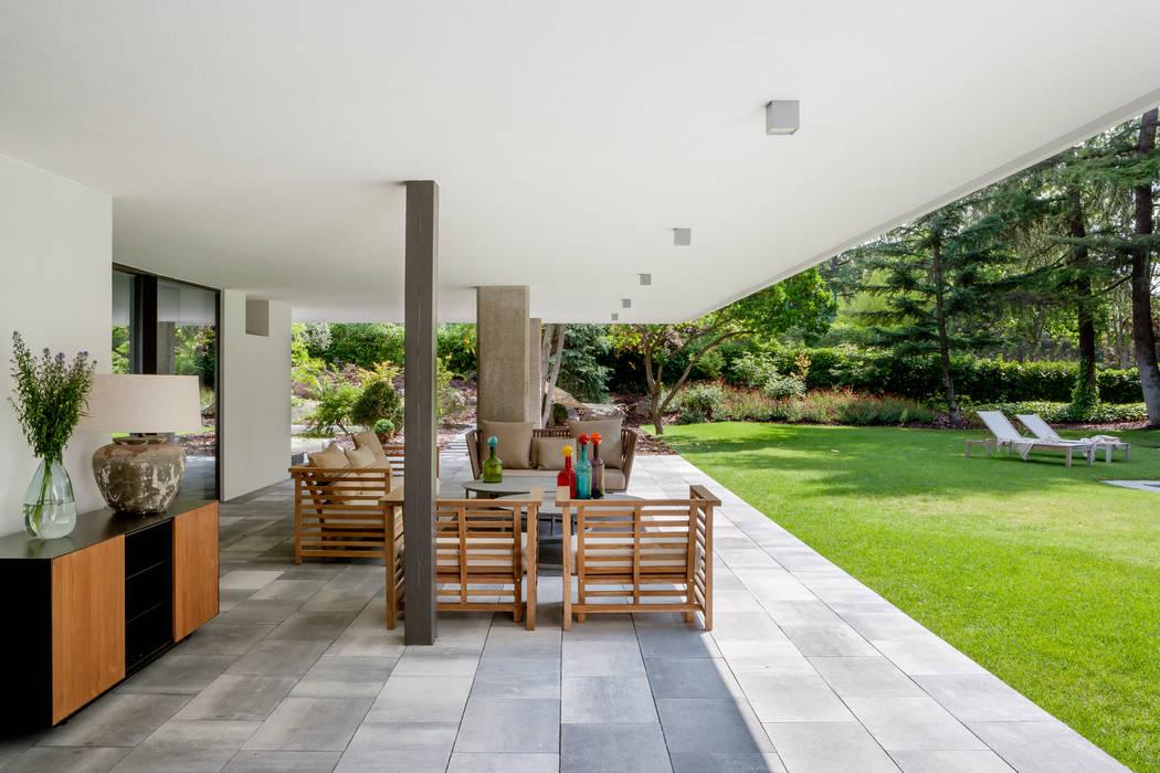 Modern balcony, veranda & terrace by ÁBATON Arquitectura Modern