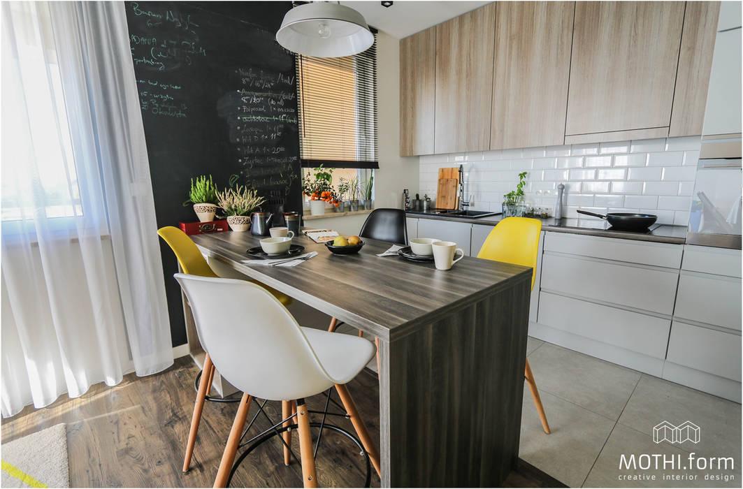 Кухня в скандинавском стиле от MOTHI.form Скандинавский Дерево Эффект древесины