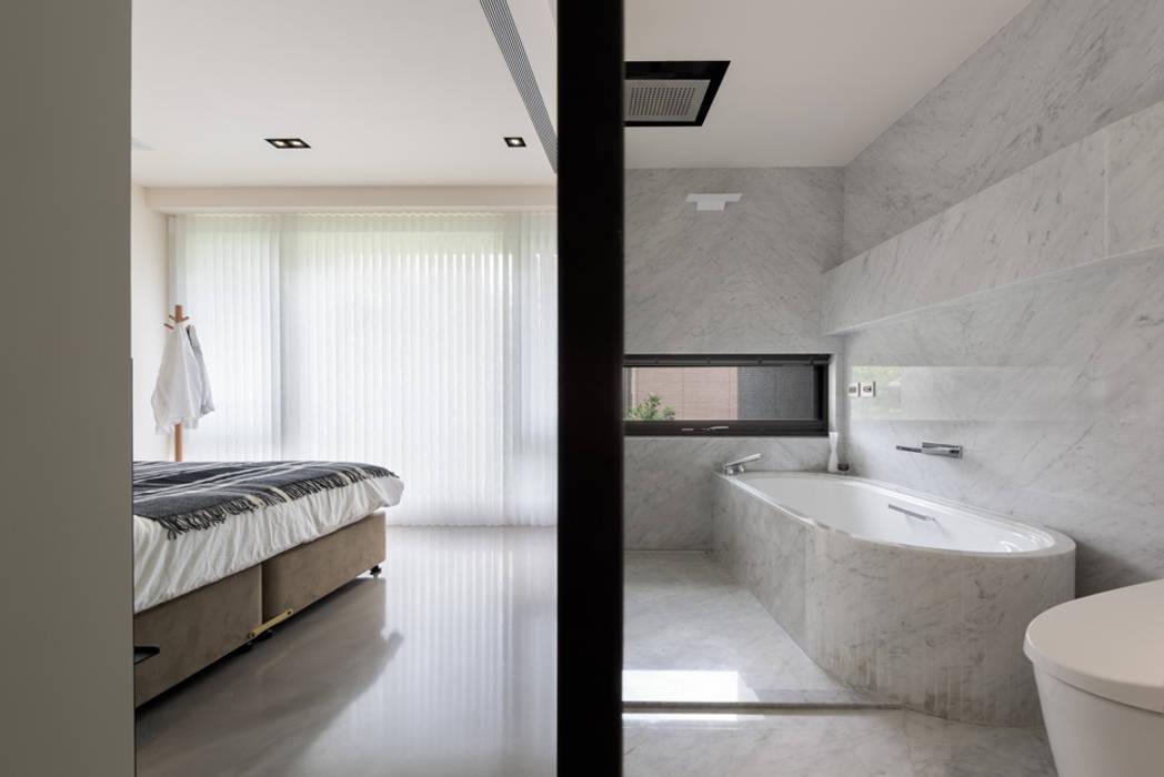 Dormitorios de estilo moderno de 直譯空間設計有限公司 Moderno