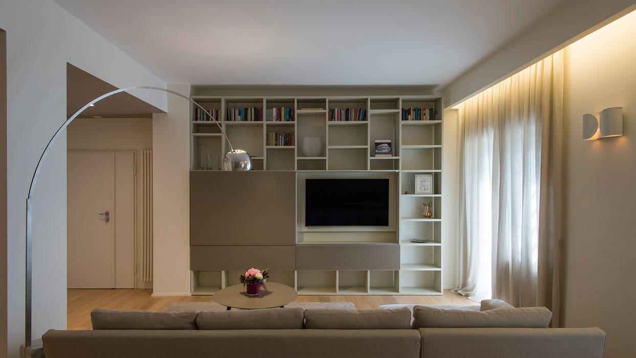 Parete attrezzata salone: Soggiorno in stile in stile Moderno di Archifacturing