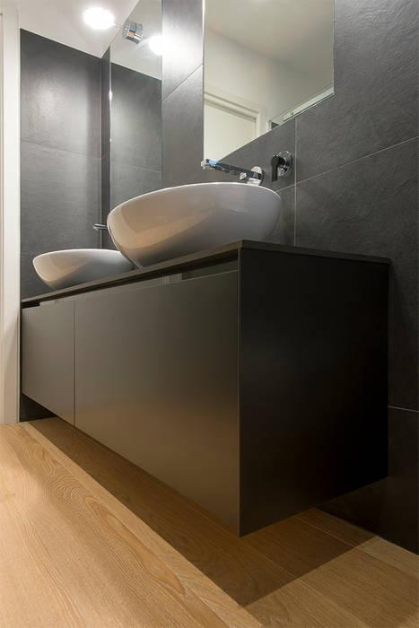 bagno principale: Bagno in stile in stile Moderno di Archifacturing