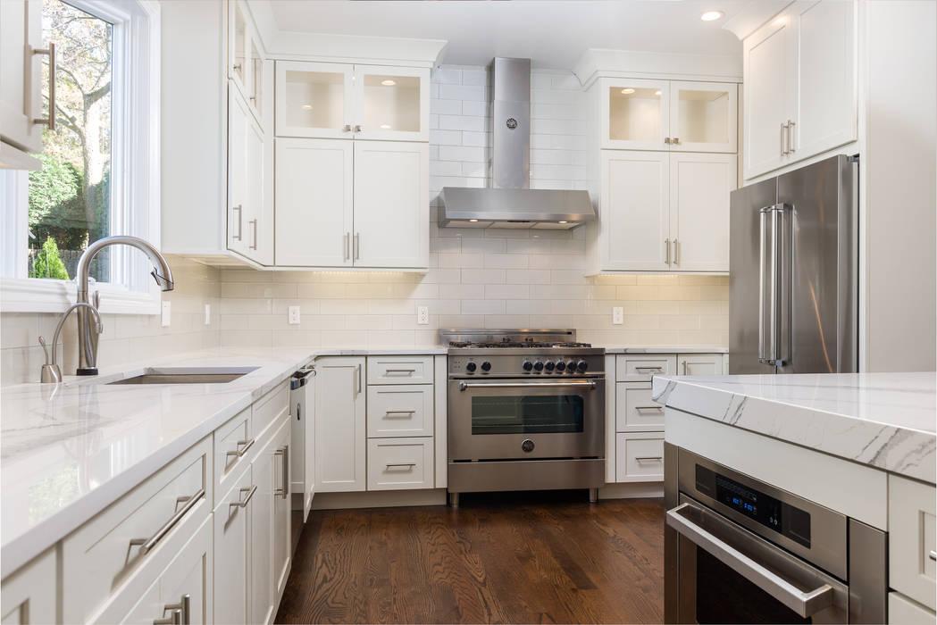 Contemporary Kitchen with quartz countertops, italian Bertazonni appliances Modern Kitchen by HOMEREDI Modern Quartz