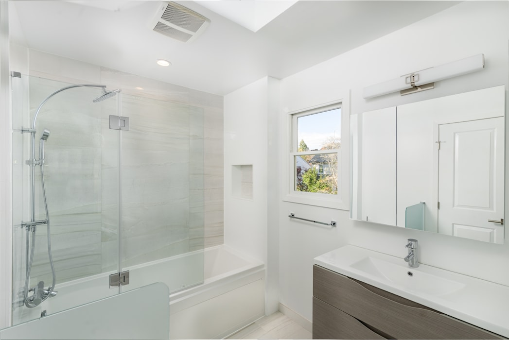 New Residential Construction in POrt Washington, NY 11050 Modern Bathroom by HOMEREDI Modern Glass