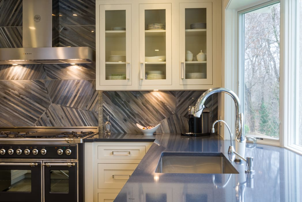 Mastering the elements in a Modern Kitchen in Port Washington, NY:  Kitchen by HOMEREDI