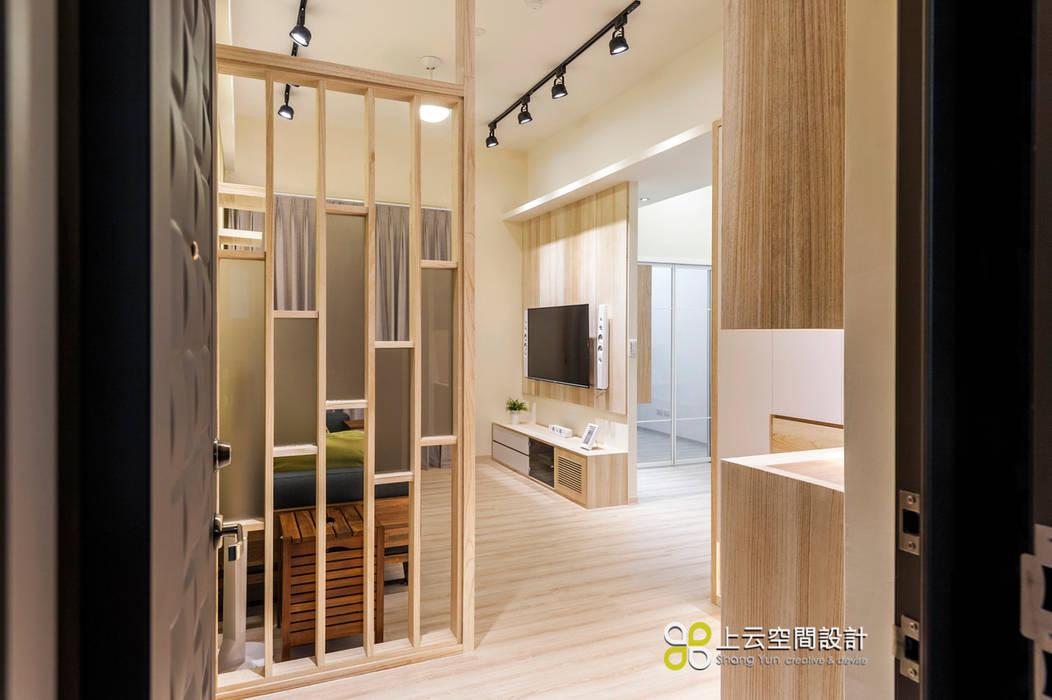 Corridor & hallway by 上云空間設計,