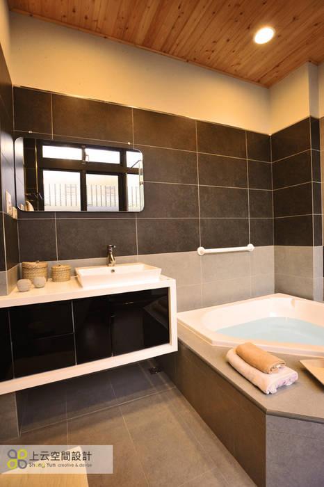 宜蘭三層透天北歐宅:  浴室 by 上云空間設計,