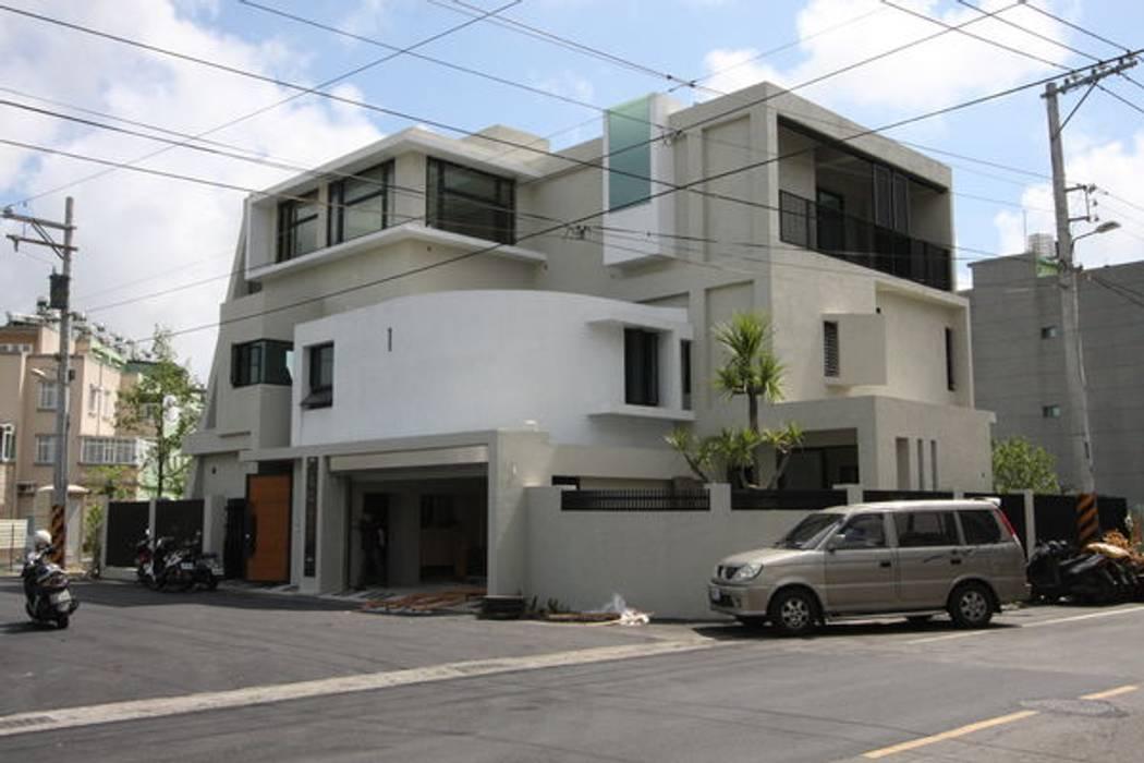 三角窗的圓弧 homify 現代房屋設計點子、靈感 & 圖片 水泥 Brown