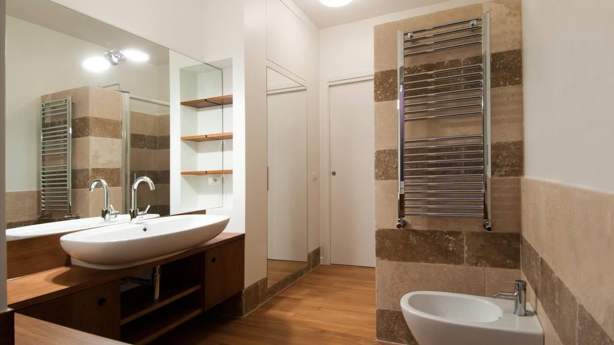 Portaportese - Bagno in travertino Bagno moderno di Archifacturing Moderno Pietra