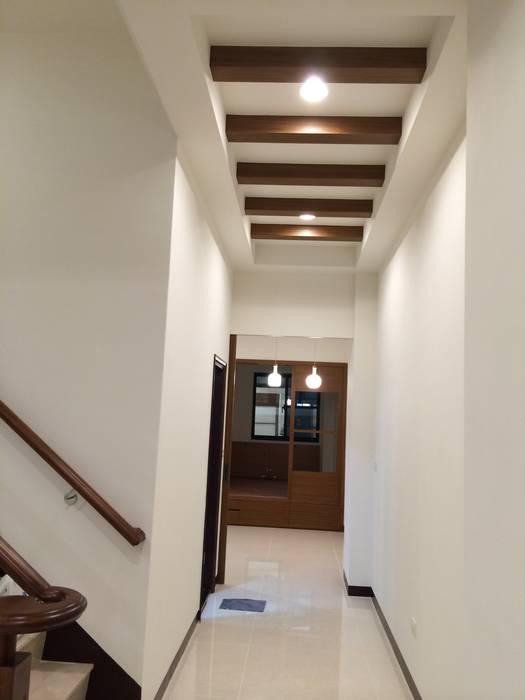 Couloir et hall d'entrée de style  par 勝暉建築工程行