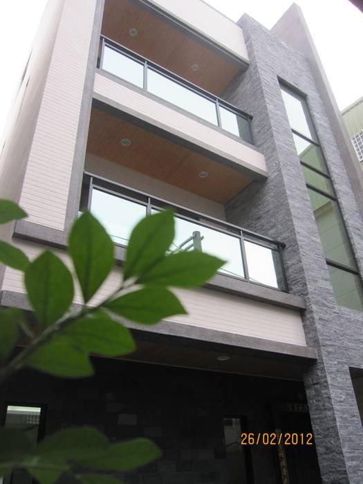 Maisons de style  par 勝暉建築工程行, Moderne