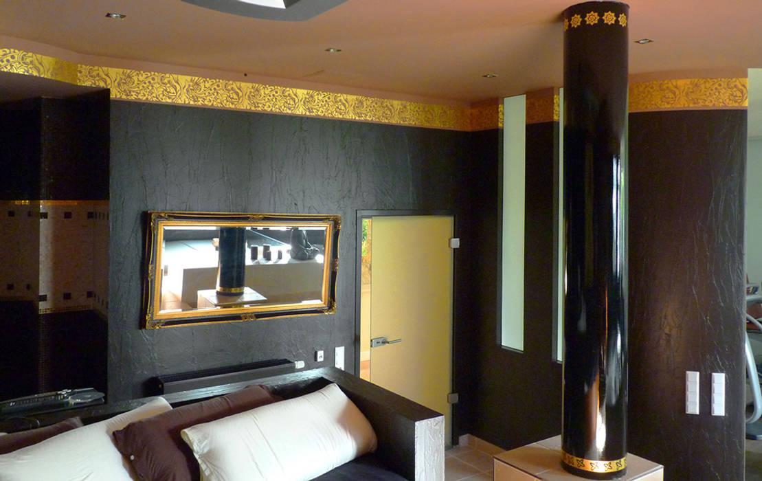 Gimnasios en casa de estilo  por FARBCOMPANY, Asiático Plata/Oro