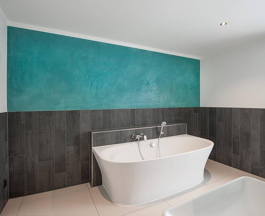 Wandgestaltung mit Steinspachtel/ Terrastone Moderne Badezimmer von FARBCOMPANY Modern