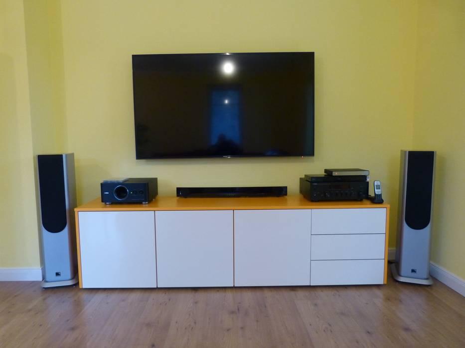 Tv-board in gelb / weiß: wohnzimmer von schrankwerk.de | homify