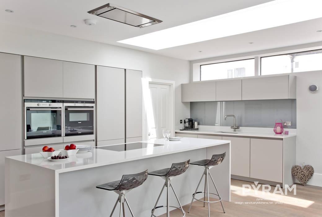 Large family space handleless kitchen homify Кухня в стиле модерн