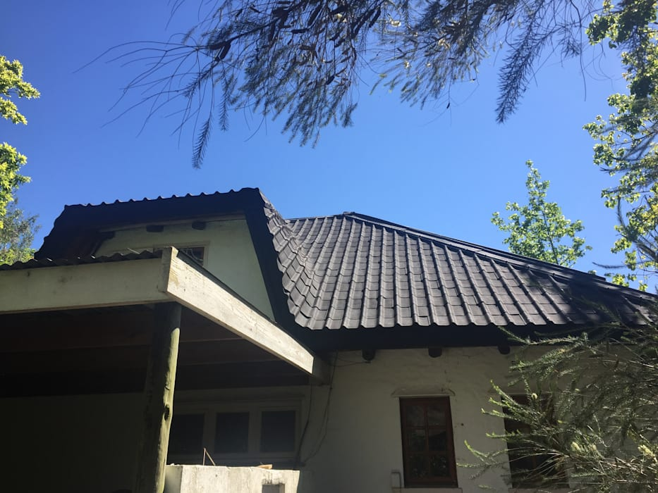 Flexible roofing tile at dorma window:  Houses by Cintsa Thatching & Roofing
