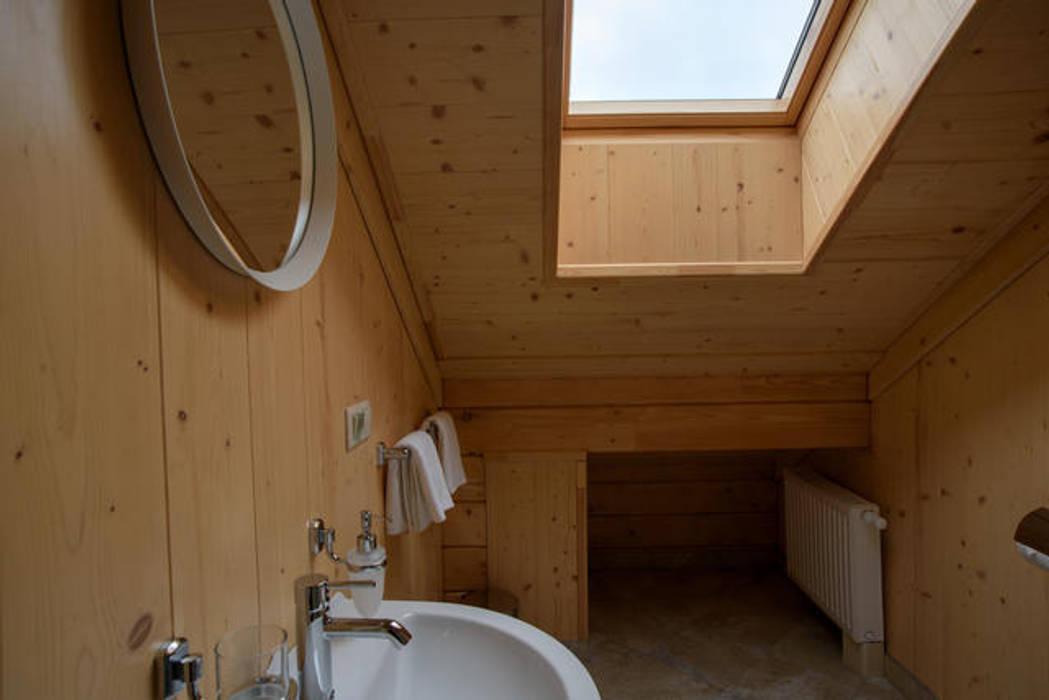 деревянный интерьер: Ванные комнаты в . Автор – GOOD WOOD, Классический