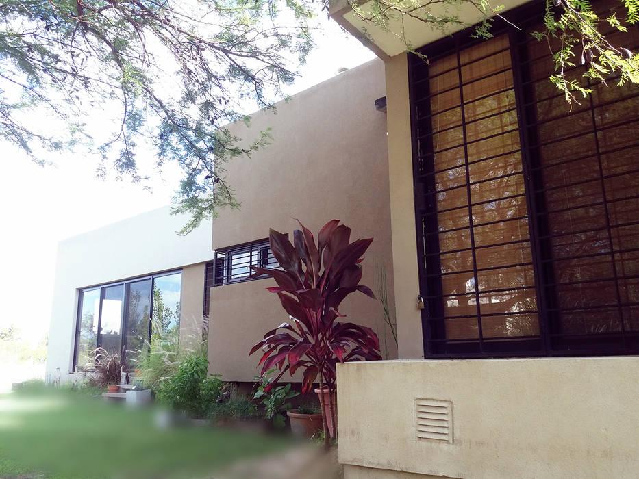 Fachada principal: Casas de estilo  por VHA Arquitectura