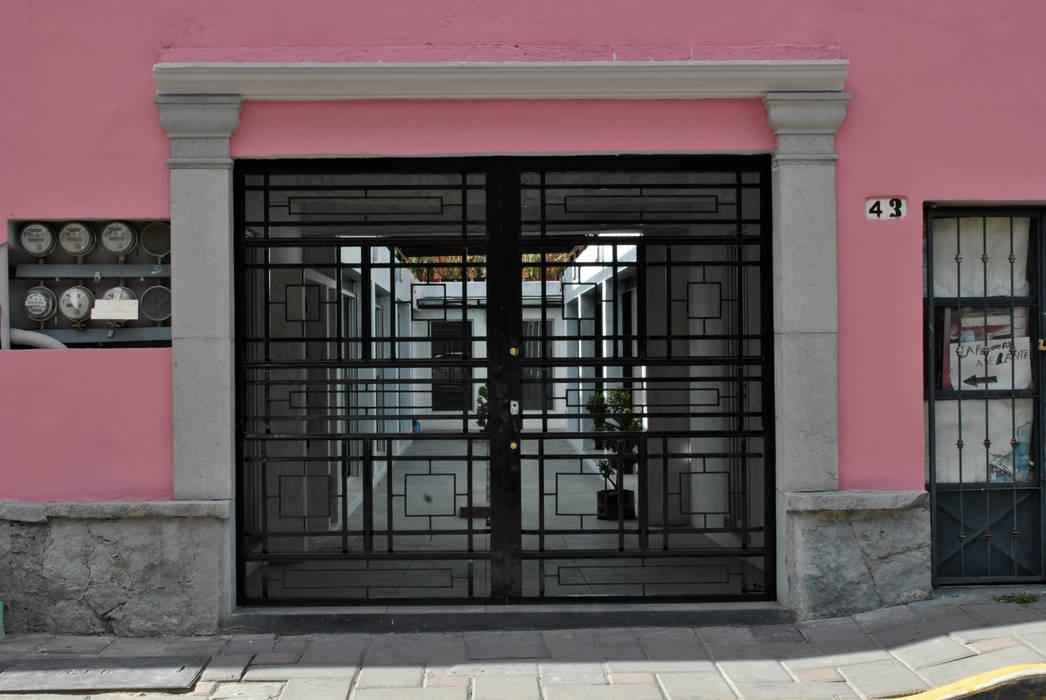 DETALLE ACCESO: Espacios comerciales de estilo  por Novhus Oficina de Arquitectura