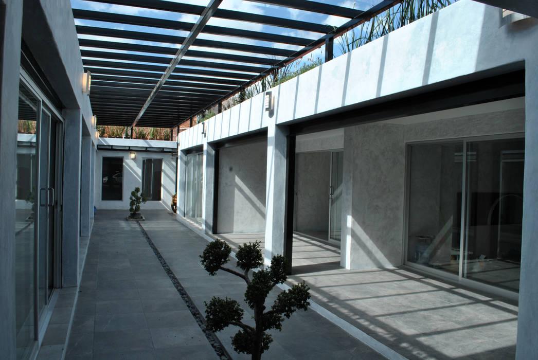 CORREDOR Y TERRAZAS : Espacios comerciales de estilo  por Novhus Oficina de Arquitectura