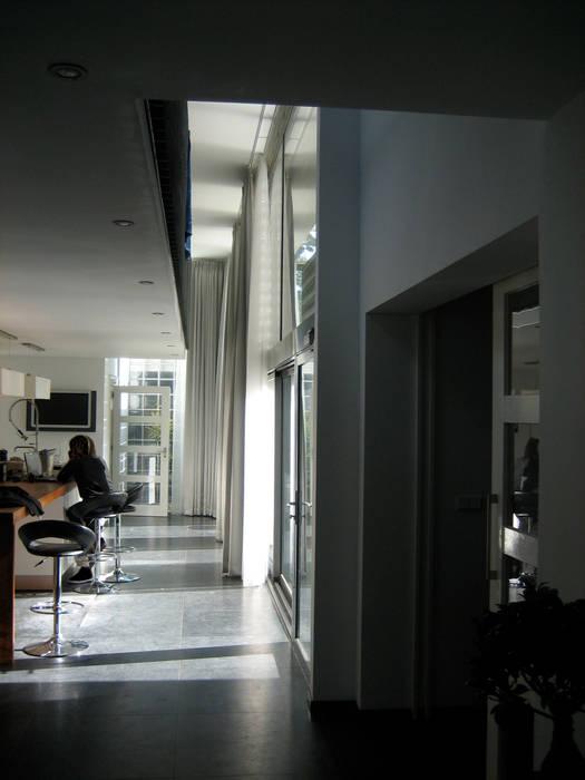 Modern corridor, hallway & stairs by Thomas Kemme Architecten Modern