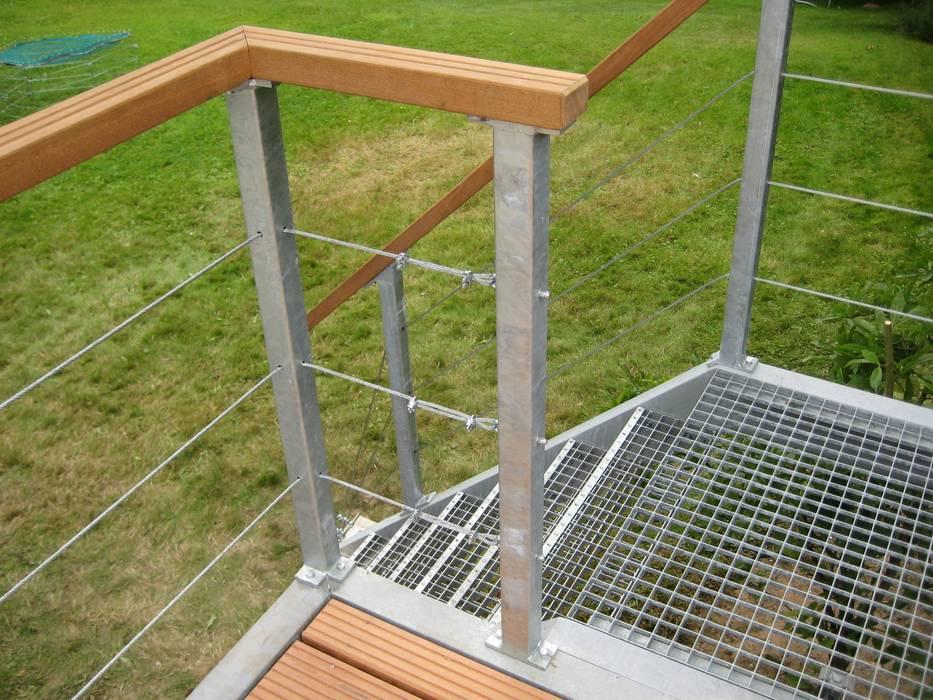 Stalen trap met industrietreden. Moderne balkons, veranda's en terrassen van WE-Maatdesign Modern IJzer / Staal