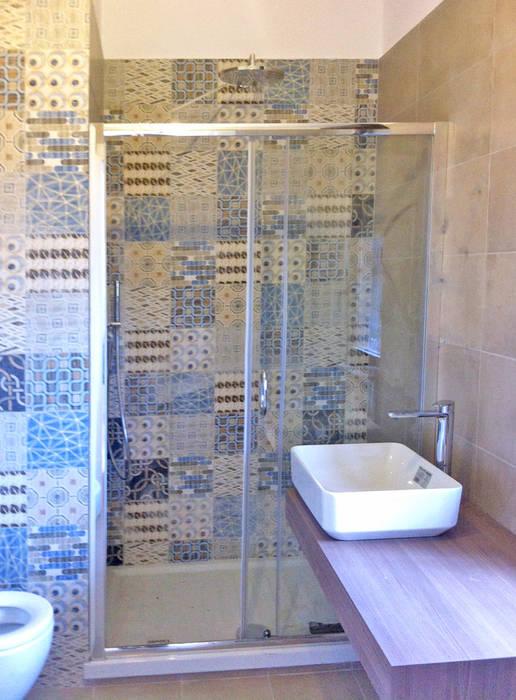 Bagno principale: Bagno in stile in stile Moderno di Architetto Roberta Rinaldi