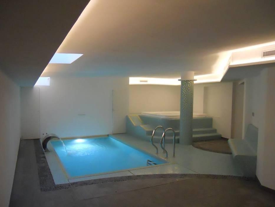Piscina interna con spa  privata .: Piscina in stile in stile Moderno di Aquazzura Piscine