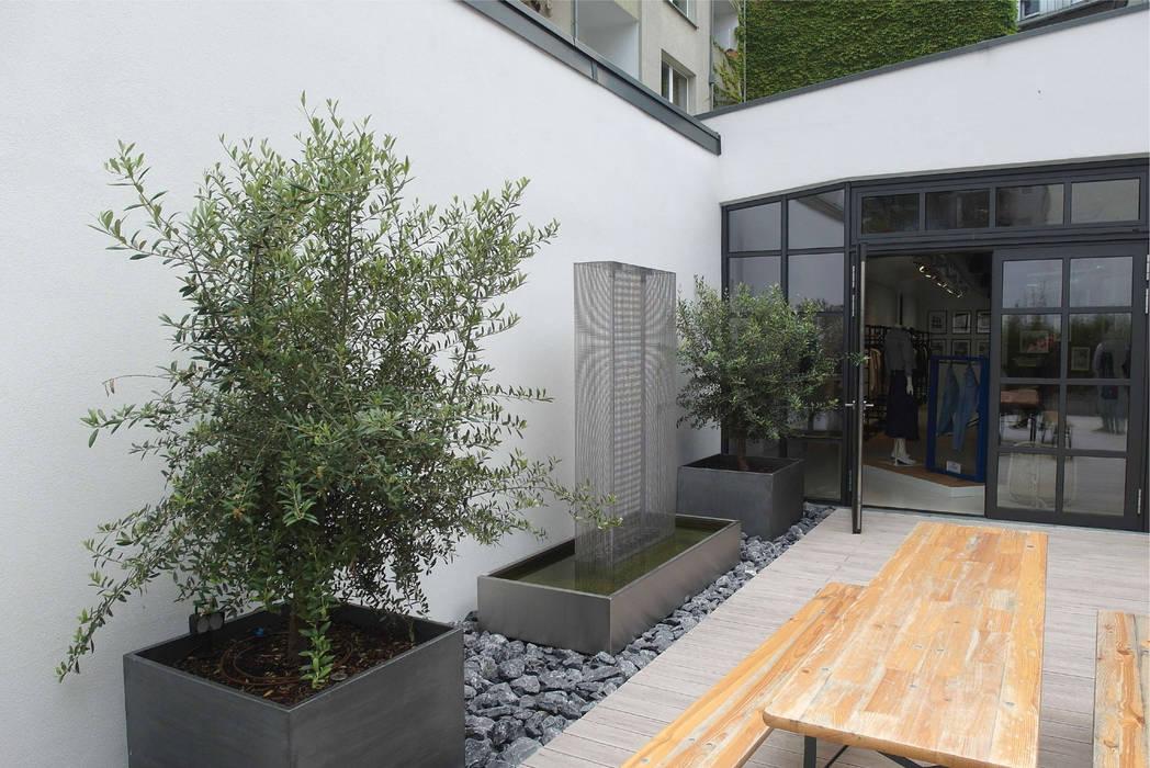 Terrasse à Düsseldorf : Ensemble de jardinières patinées Zinc clef en main !: Locaux commerciaux & Magasins de style  par ATELIER SO GREEN