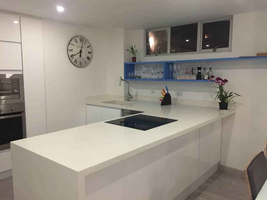 Diseño Arquitectónico y Remodelación Apartamento Loaiza - Rangel Cocinas modernas de INblatt _Arquitectura Moderno Aglomerado