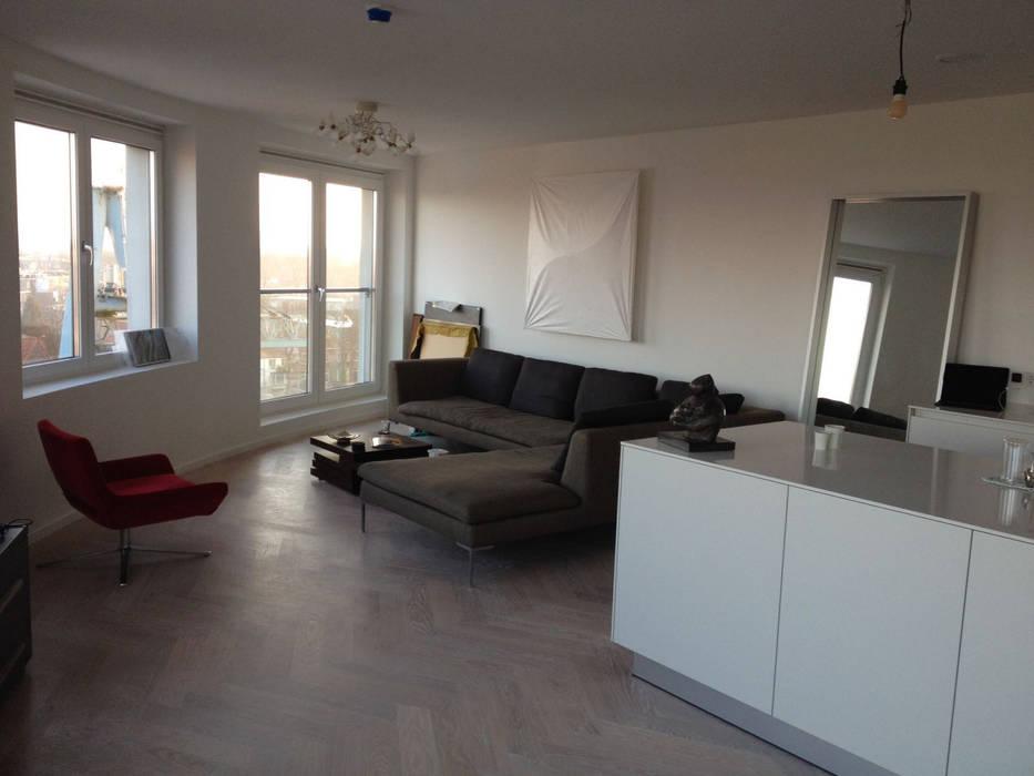 Appartement in Utrecht:  Woonkamer door Linda Zadelaar interierarchitectuur bni , Minimalistisch Hout Hout