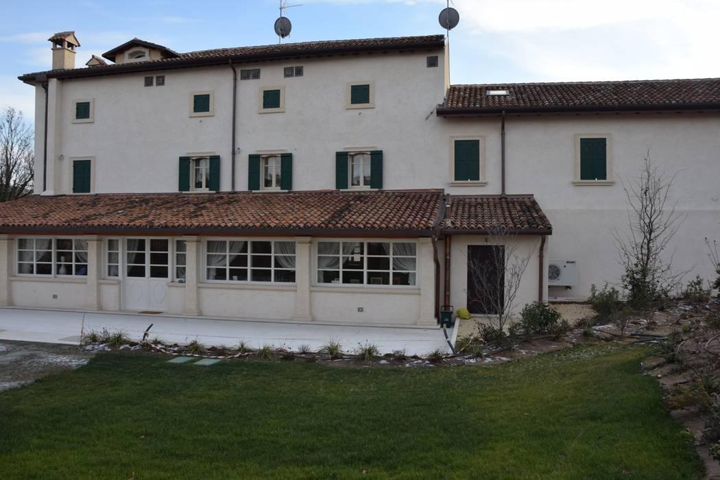 Edificio padronale retro: Case in stile In stile Country di Studio Feiffer & Raimondi