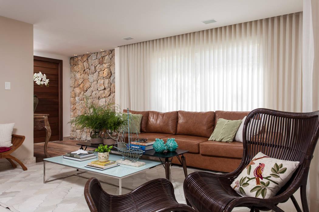 Salas de estilo tropical de RODRIGO FONSECA | ARQUITETURA E INTERIORES Tropical
