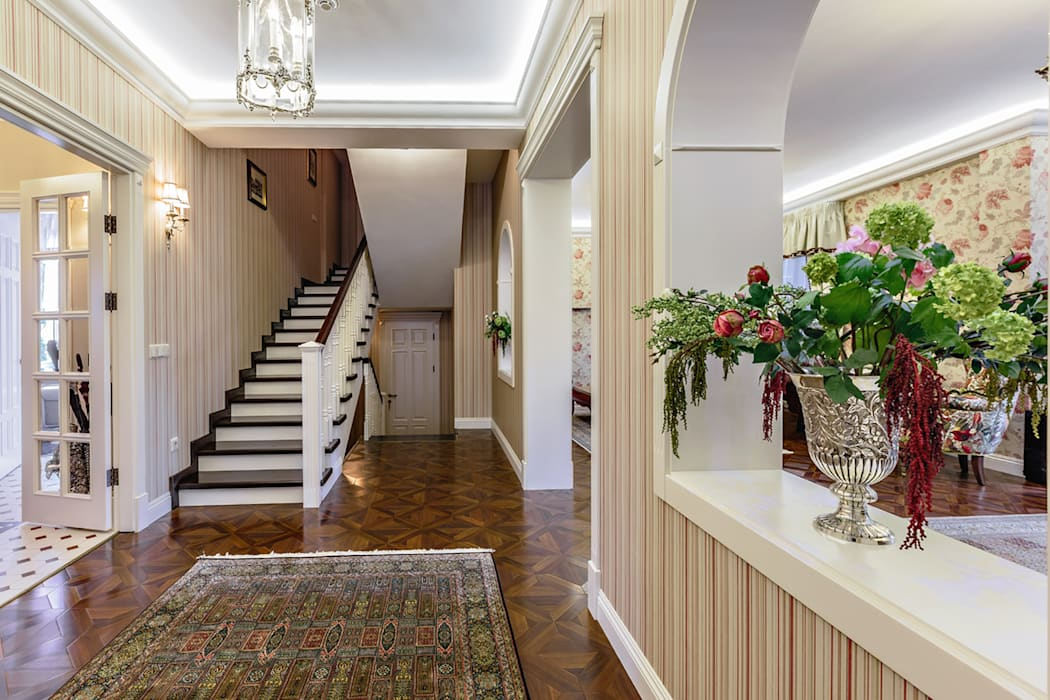 Classic style corridor, hallway and stairs by Дизайн бюро Оксаны Моссур Classic