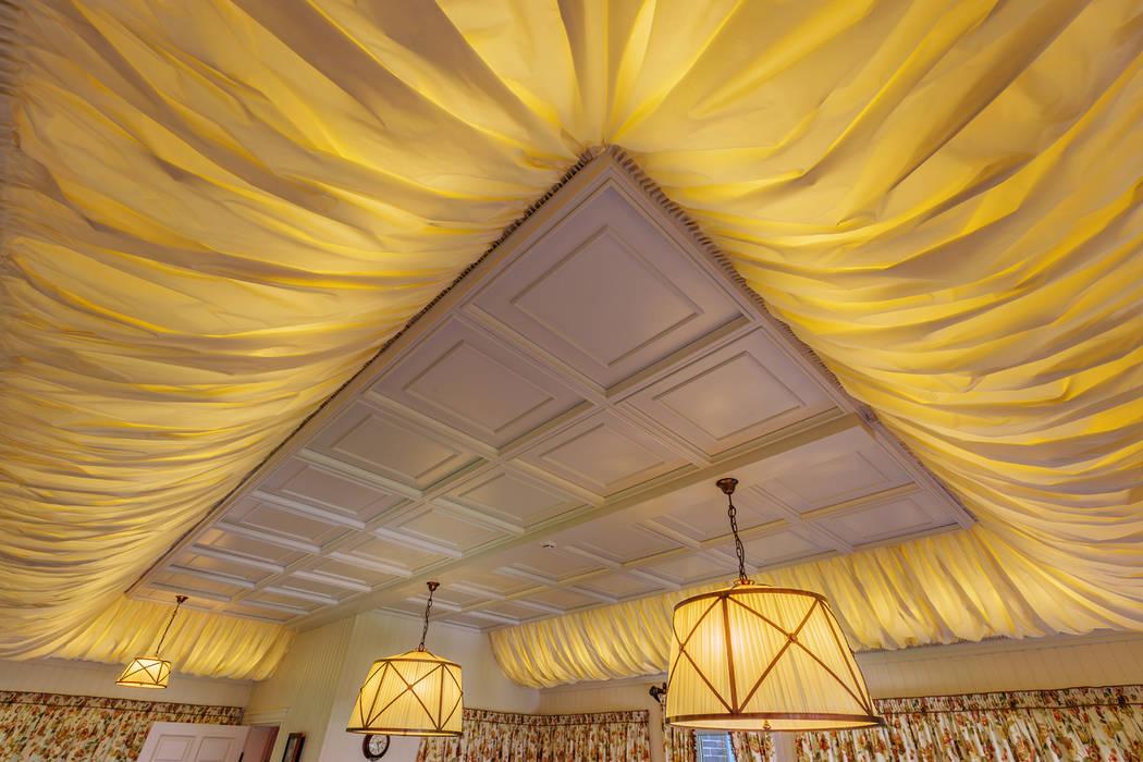 Classic style dining room by Дизайн бюро Оксаны Моссур Classic
