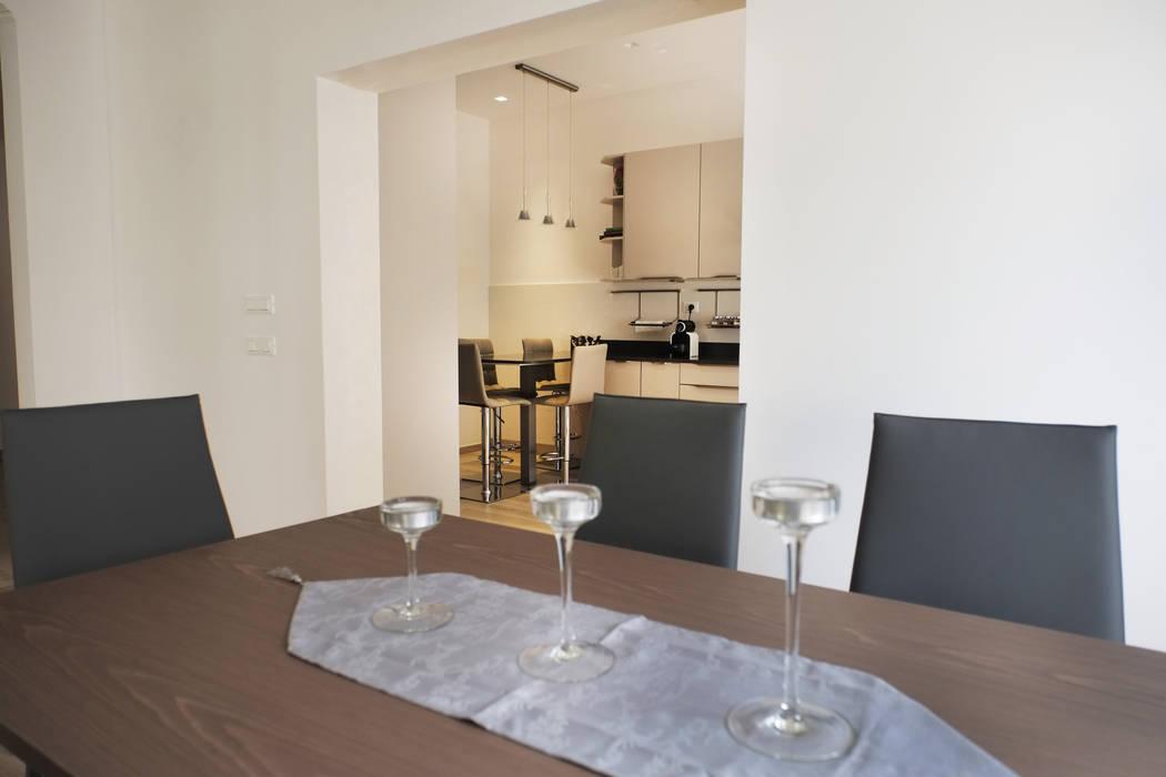 Casa  EA: Sala da pranzo in stile  di Giulia Villani - Studio Guerra