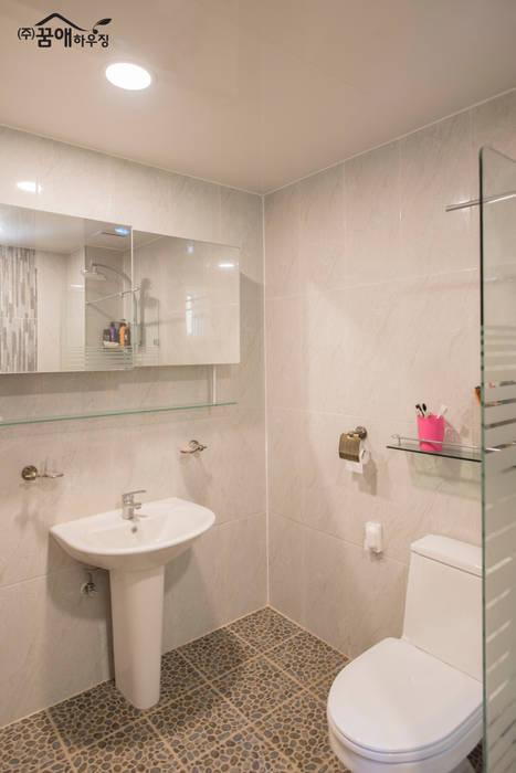 Mediterranean style bathrooms by 꿈애하우징 Mediterranean